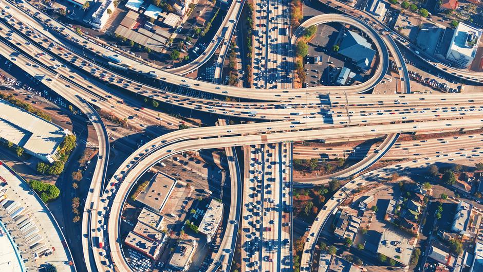 鳥瞰美國洛杉磯的公路高架橋