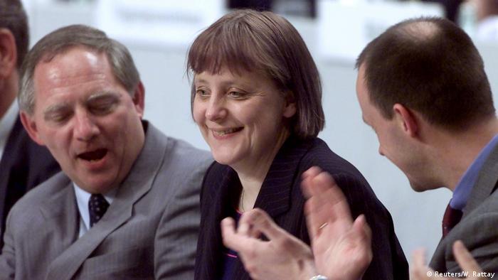 Ya sea el actual presidente del Parlamento alemán, Wolfgang Schäuble (izq.), o Friedrich Merz (der.), ya son varios los hombres que intentaron evitar que fuera presidenta del partido y canciller. Ninguno lo logró, a pesar de que la licenciada en Física, que creció en Alemania Oriental, empezó en una posición marginal en el partido. Un partido que lideró durante 18 años.