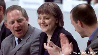 2000, η Μέρκελ εκλέγεται πρόεδρος της CDU, δίπλα της οι Σόιμπλε και Μερτς
