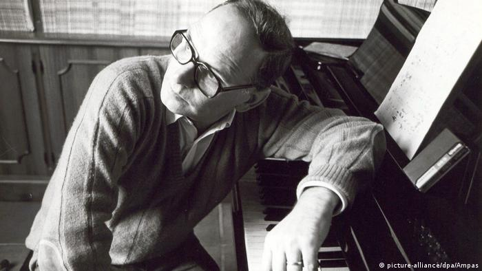 Komponist Ennio Morricone lehnt sich 2007 auf sein Klavier (picture-alliance/dpa/Ampas)