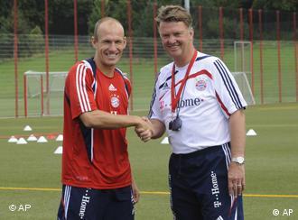 Trainer van Gaal schüttelt Robben die Hand (Foto: AP)