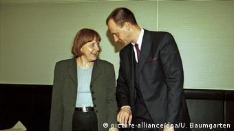 В 2000 году Меркель была генеральным секретарем ХДС, а Мерц - председателем парламентской фракции