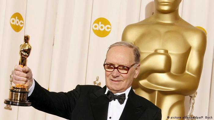 Ennio Morricone hält seinen Oscar hoch (picture alliance/dpa/P. Buck)