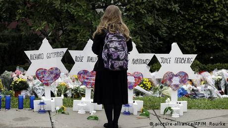 A person stands in front of Stars of David that are displayed in front of the Tree of Life Synagogue in Pittsburgh, USA (picture-alliance/AP/M. Rourke)