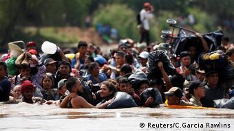 Mittelamerikanische Migranten bilden eine menschliche Kette, um anderen Migranten zu helfen, den Suchiate-Fluss, die natürliche Grenze zwischen Guatemala und Mexiko, zu überqueren, um von Tecun Uman aus in die USA zu gelangen