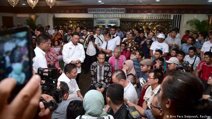 Endonezya Devlet Başkanı Widodo kurban yakınlarıyla bir araya geldi
