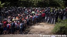 29.10.2018, Guatemala, Tecun Uman: Eine neue Gruppe mittelamerikanischer Migranten wird von der mexikanischen Bundespolizei empfangen, nachdem sie den Fluss Suchiate, der Guatemala und Mexiko verbindet, überquert haben. Bei der Gruppe von rund 1500 bis 2000 Menschen aus Honduras, El Salvador und Guatemala handelt es sich um die zweite sogenannte Migranten-Karawane, die die mexikanische Grenze erreicht hat. Sie wurden von Grenzschützern zeitweise aufgehalten. Trotz aller Drohungen von US-Präsident Trump,ziehen Tausende Migranten aus Mittelamerika weiter nach Norden in Richtung Vereinigte Staaten. Foto: Santiago Billy/AP/dpa +++ dpa-Bildfunk +++ |