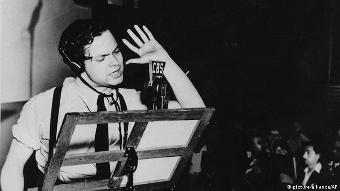 Orson Welles și Războiul lumilor, teatru radiofonic după romanul lui H. G. Wells (picture-alliance/AP)