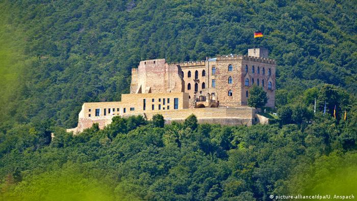 Deutschland Weinstraße Hambacher Schloss (picture-alliance/dpa/U. Anspach)