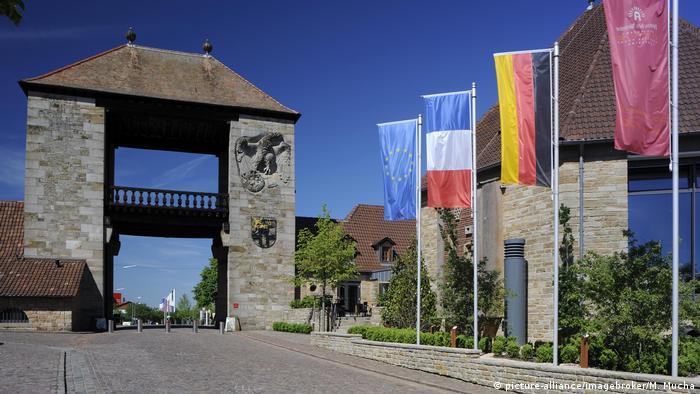 Deutschland Weinstraße Schweigener Weintor (picture-alliance/imagebroker/M. Mucha)