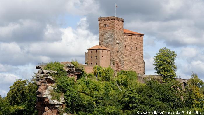 Germany Wine Route Castle Trifels (picture-alliance/imagebroker/W. Bahnmüller)