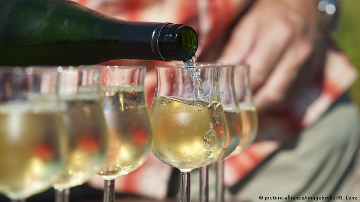 white wine poured into a glass (picture-alliance/imagebroker/G. Lenz)