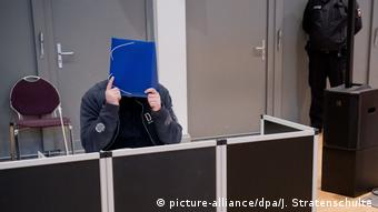 Ο κατηγορούμενος κρύβει το πρόσωπό του
