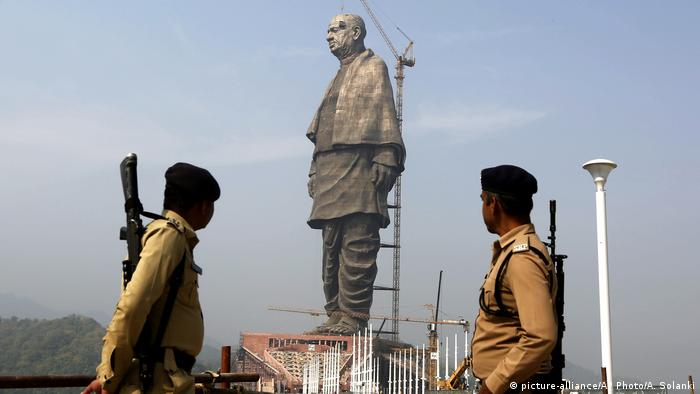 Policemen guard India's Statue of Unity (picture-alliance/AP Photo/A. Solanki)