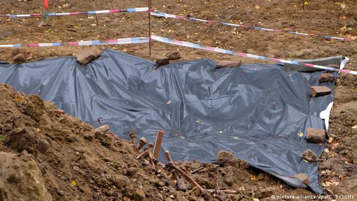 In dieser Grube im Mainzer Stadtteil Hartenberg-Münchfeld fanden Bauarbeiter die menschlichen Knochen (Foto: picture-alliance/dpa/C. Schultz)