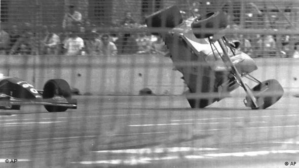 Michael Schumacher hebt mit seinem Formel-1-Wagen ab und fliegt von der Strecke (Foto: AP)