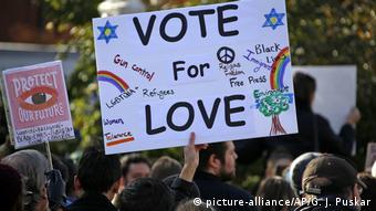 USA Kriminalität l Protest nach der Schießerei an Synagoge in Pittsburgh (picture-alliance/AP/G. J. Puskar)
