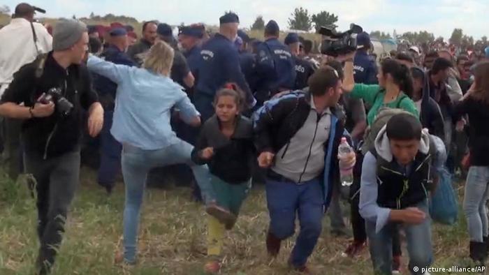 Ungarn Journalistin tritt fliehenden Migranten bei Roszke (picture-alliance/AP)