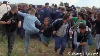 Ungarn Journalistin tritt fliehenden Migranten bei Roszke