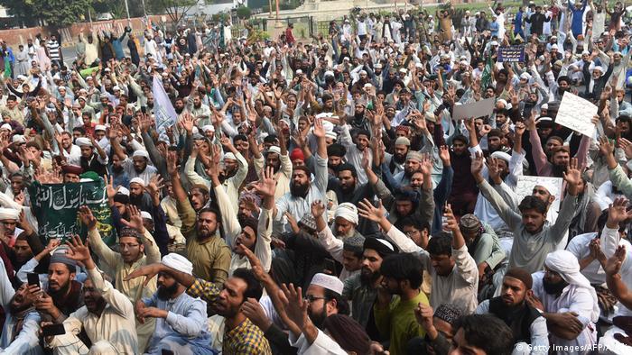 Anhänger der Tehreek-e-Labaik demonstrieren in Lahore gegen den Freispruch