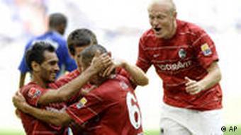 Die Freiburger feiern den Siegtorschützen Du-Ri Cha (Foto: AP)