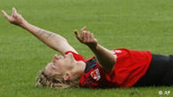 Kießling liegt auf dem Boden und reckt die Hände gen Himmel (Foto: AP)