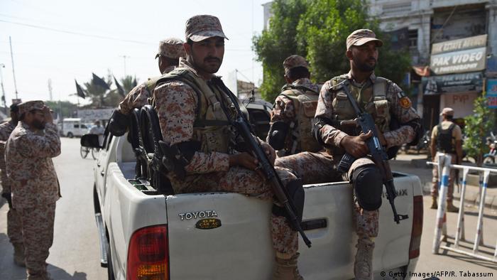 Rangers bei einer islamistischen Demonstration in Karatschi