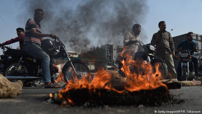 Karaçi'deki göstericiler yolları trafiğe kapattı