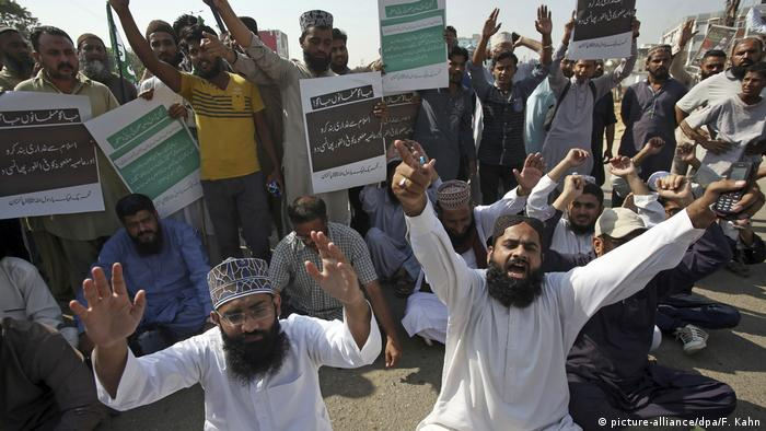 Religious groups protest against Bibi's acquittal in Pakistan (picture-alliance/dpa/F. Kahn)