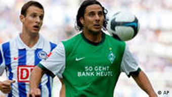 Pizarro im Zweikampf mit Janker (Foto: AP)