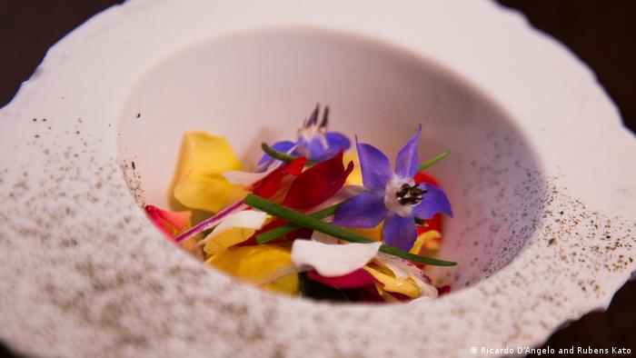 Entre los restaurantes brasileros, el D.O.M. es el mejor ubicado, con el quinto lugar en la lista latinoamericana. En sus platos muestra innovación y colorido, como el Ceviche de flores con miel de abeja. Brasil figura este 2018 con nueve restaurantes en la lista de los 50 mejores de América Latina.