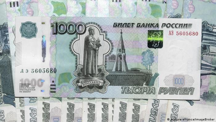 Купюры в одну тысячу российских рублей