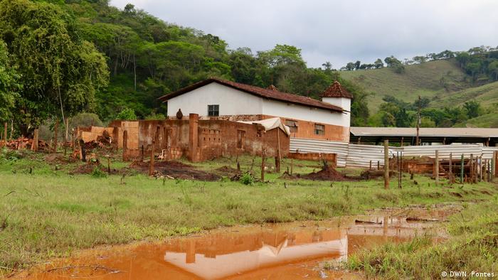 Antiga igreja de Paracatu, três anos após o desastre ambiental de Mariana