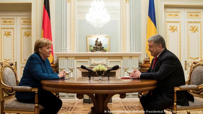 Ukraine Besuch Angela Merkel bei Petro Poroschenko (Reuters/Handout Ukrainian Presidential Press Service/M. Palinchak)