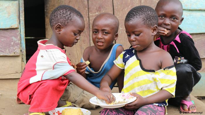 Young Cameroonian orphans sharing a meal (DW/F. Muvunyi )