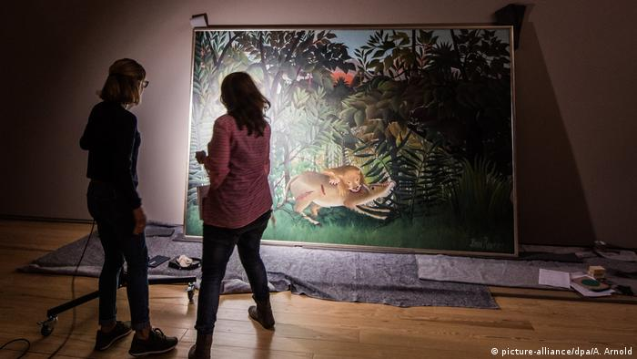 two people stand in front of a painting (picture-alliance/dpa/A. Arnold)