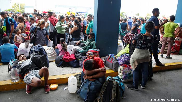 Venezolanische Migranten warten darauf, im Binational Border Service Center in Peru, an der Grenze zu Ecuador, in Tumbes, die Grenze zu überschreiten (Reuters/S. Castaneda)
