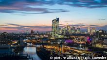 ARCHIV - 16.10.2018, Hessen, Frankfurt/Main: Die Hochhäuser der Bankenmetropole leuchten im letzten Licht der bereits untergegangenen Sonne. Dabei ist im Vordergrund das Containerterminal des Osthafens zu sehen, während in der Bildmitte die Europäische Zentralbank (EZB) in den Himmel ragt. (zu dpa «Bankenaufseher veröffentlichen Ergebnisse von Krisentest» vom 02.11.2018) Foto: Boris Roessler/dpa +++ dpa-Bildfunk +++ | Verwendung weltweit