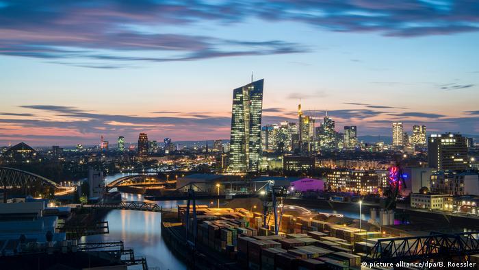 Die Europäische Zentralbank (M.) in Frankfurt (picture alliance/dpa/B. Roessler)