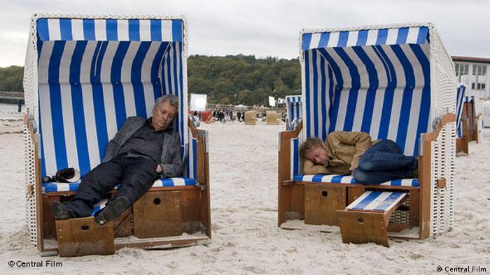 Filmszene Whisky mit Wodka: Zwei Männer schlafen in zwei Strandkörben. (Central Film)