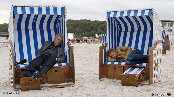 Zwei Männer in zwei Strandkörben (Henry Hübchen und ein anderer Darsteller) (Central Film Verleih)