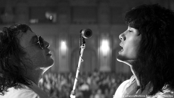 Film still Leto: Roma Zver as Mike (l) and Teo Yoo as Viktor sing together (picture alliance/Weltkino Filmverleih GmbH/dpa)