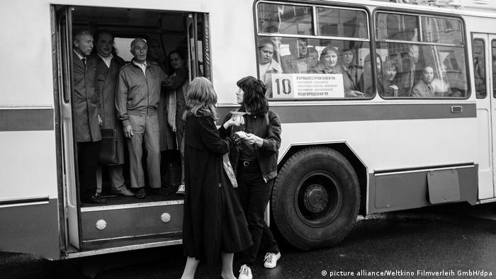 Film still Leto: two people standing in front of a bus (picture alliance/Weltkino Filmverleih GmbH/dpa)