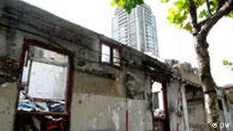 Gebäuderuine vor neuem Hochhaus (Foto: DW)
