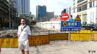Lorenz Wagener vor einer Baustelle (Foto: DW)