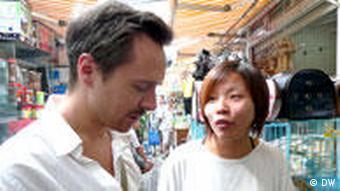 Lorenz Wagener im Gespräch mit einer Chinesin (Foto: DW)