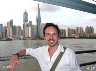 Lorenz Wagener vor der Skyline des Stadtbezirks Pudong (Foto: DW)