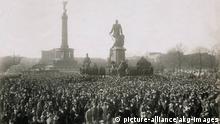 Berlin, Revolution 1918/19. Massenkundgebung auf dem Königsplatz am 10. November 1918. In der Bildmitte das Bismarckdenkmal, im Hintergrund Siegessäule und Krolloper. Foto (Otto Haeckel). |