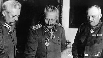 ویلهلم دوم، آخرین قیصر آلمان در میان ژنرالهای ارتش آلمان هیندنبورگ و لودندورف