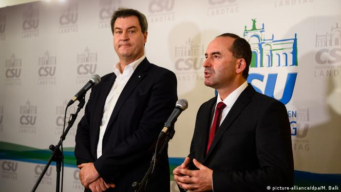 Söder and Aiwanger speak into microfones (picture-alliance/dpa/M. Balk)